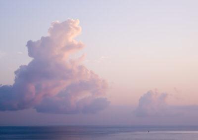 Nuages-coucher de soleil sur la mer